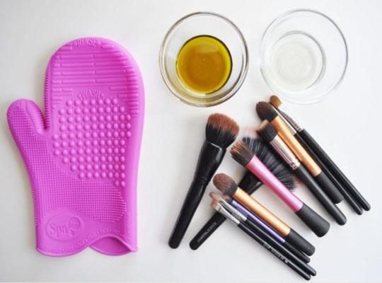 Как и чем лучше всего мыть кисти для макияжа, чтобы они выглядели как новые