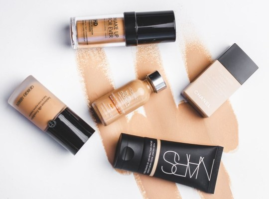 Какой тональный крем выбрать для возрастной кожи лица: советы визажистов